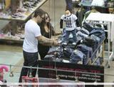 "Megan Fox Candids in Los Angeles - 'Short Dress' Out Shopping With Brian Austin Green, 20/11/2008 Foto 754 (Меган Фокс Candids в Лос-Анджелесе - ""короткое платье"" Из покупками с Брайан Остин Грин, 20/11/2008 Фото 754)"