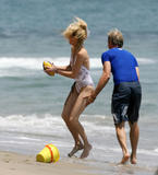 Heather Locklear Learns To Surf In a Bikini Foto 144 (Хизер Локли Learns To Surf в бикини Фото 144)